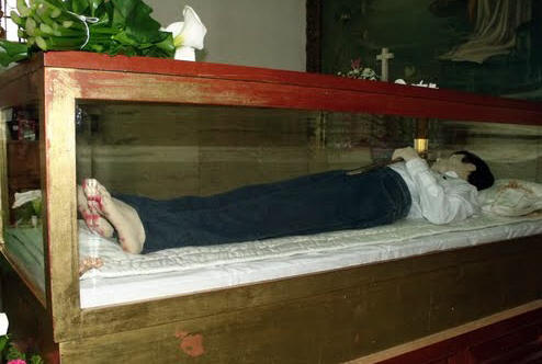 Wassen beeld van de zalige José en relieken.