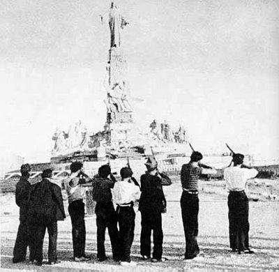 Aanhangers van de regering beschieten een Christusbeeld.