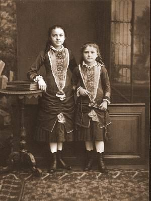 Thérèse, 8 jaar oud, met zus Céline